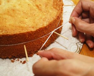 как разрезать бисквит на коржи