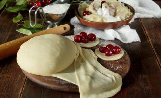 Вареники на пару в мультиварке БЛЮДА НА ПАРУ 0 Современная техника позволяет усовершенствовать рецепты разных блюд. И сегодня хочется разобраться, как приготовить вареники на пару в мультиварке. Для начинки вы можете взять любые ингредиенты, например, творог или вареный картофель (в рецепте в качестве начинки приводится вишня). Ингредиенты Порции: 10 Для теста Мука пшеничная 2 стакана Вода 1 стакан Яйцо куриное 1 шт. Соль 1 ч.л. Для начинки Вишня 500 гр. Сахар-песок 100 гр. На порцию Калории: 212 ккал Белки: 5 г Жиры: 1 г Углеводы: 44 г Шаги 30 мин.Печать Готовим тесто: в миске смешиваем яйцо, воду, соль и муку. Все тщательно перемешиваем и замешиваем тесто. Оставляем тесто отдохнуть на 20 минут. Снова вымешиваем и оставляем еще на 5 минут. Тесто раскатываем тонкой колбаской и нарезаем кусочками. Берем кусочки обваливаем в муке и с помощью скалки раскатываем равномерные круги. Затем с помощью обычного стакана нарезаем маленькие кружочки. Готовим начинку: оделяем косточки от вишни. Выкладываем вишню в сито, засыпаем сахаром и дожидаемся пока ягода выделит сок. Вишнёвый сок не нужен для приготовления вареников. Выкладываем начинку на кружочки из теста. Каждую заготовку необходимо защепить, чтобы начинка не вывалилась из теста. Смазываем корзинку для варки на пару сливочным маслом. Выкладываем туда вареники. Заливаем в чашу мультиварки один литр кипятка. Закрываем мультиварку. Выставляем режим «Варка на пару» и готовим в течении 15 минут. Ленивые вареники на пару в мультиварке готовы. Блюдо лучше всего подавать с маслом или сметаной. Кроме того, вареников можно приготовить впрок. Если хранить их в морозилке, то вареники прекрасно сохранят свои полезные качества. Приятного аппетита!!! А в следующий раз рекомендуем приготовить сырники на пару в мультиварке.